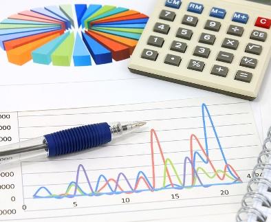Калькулятор, графики, диаграммы и ручка. Бизнес-натюрморт